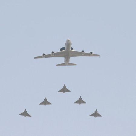 Un E-3F suivie de cinq Mirage 2000 lors du défilé militaire du 14 juillet 2006