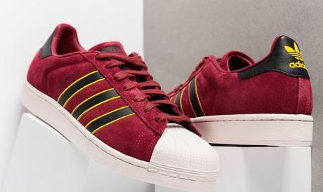 Une Adidas Superstar Rouge aux éclats de noirs et jaunes
