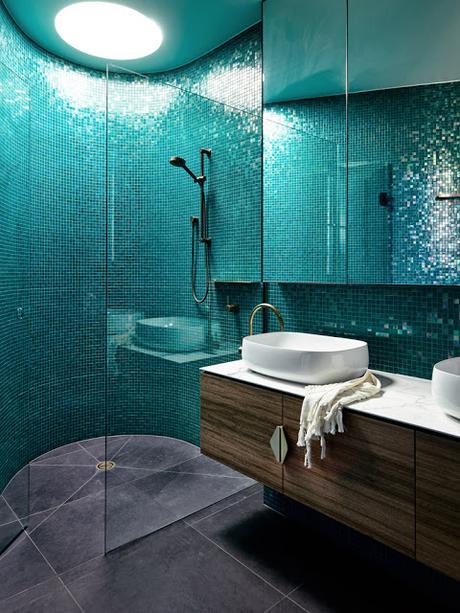 Maison contemporaine dans la verdure salle de bains