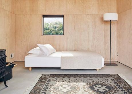 cabane muji interieur bois tapis lit lampe fenetre