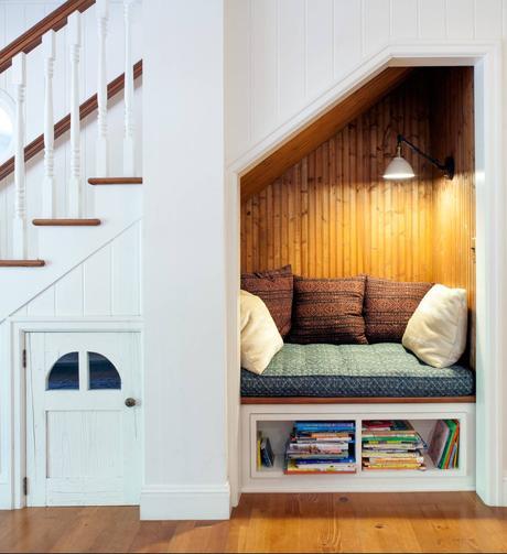 cabane déco aménager un dessous d escalier en coin lecture repos