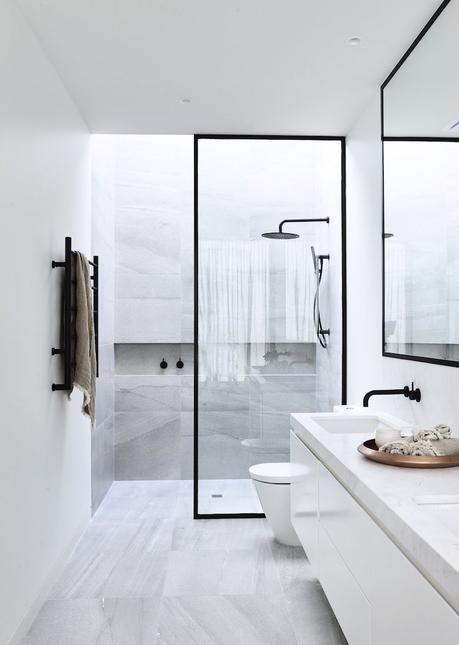 douche carrelée italienne salle de bain moderne minimaliste noire et blanche