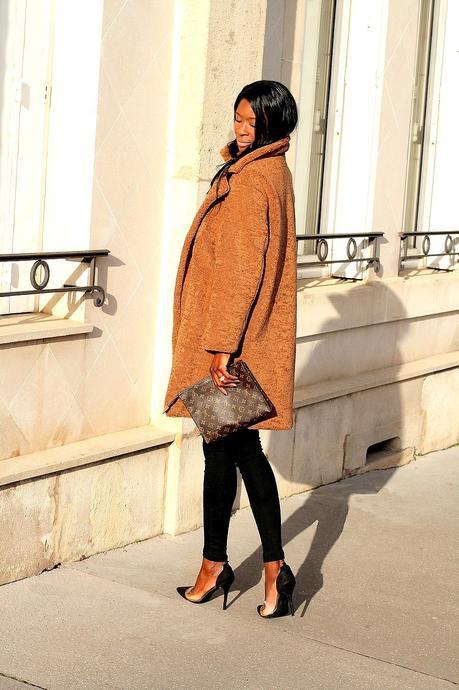 idee-look-tendance-manteau-oversize-camel-pochette-louis-vuitton