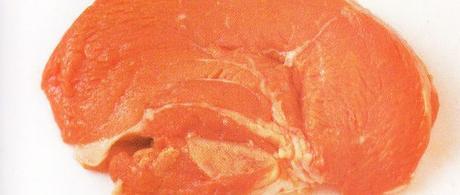 Piccatas de noix de veau à la plancha, émulsion de feuilles de blettes et ses côtes au beurre mousseux, endives sautées à cru à l'huile d'olive et piment d'Espelette, oignon rouge doux.