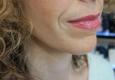 Rouge Coco Gloss Poppea, une belle nuance rouge-rosé présente et naturelle