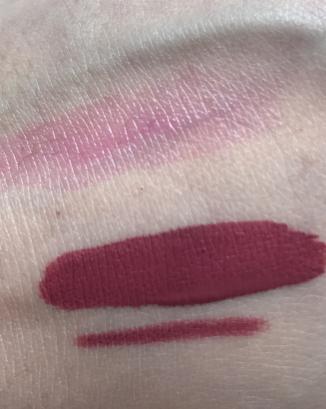 En haut : Tinted lip glow balm de Catrice / en bas: rouge à lèvres liquide et crayon en teinte Trophy Wife d'Huda Beauty