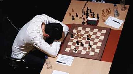 L'image clé de la ronde 4 : au Kühlhaus, Vladimir Kramnik effondré après sa défaite face à Caruana - Photo © World Chess