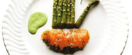 Darnes de saumon mariné, sauce  au yaourt persillé