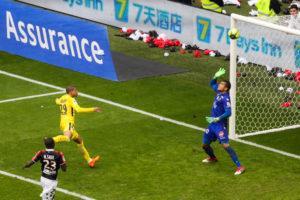 Kilian Mbappé envoi le ballon sur la transversale niçoise.