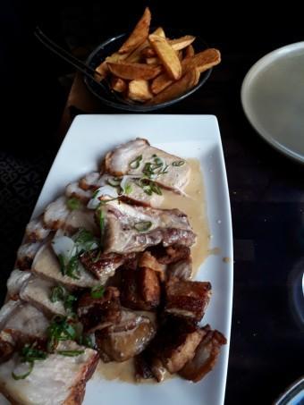 Côte de porc Ospital, frites au couteau © Gourmets&co