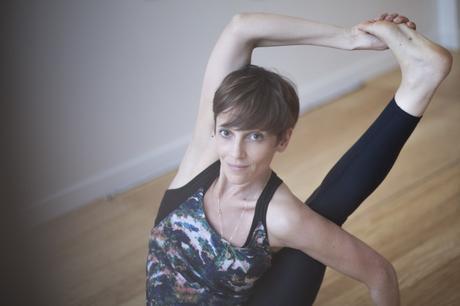Leçon de yoga avec Fanny Douarche, du centre Qee