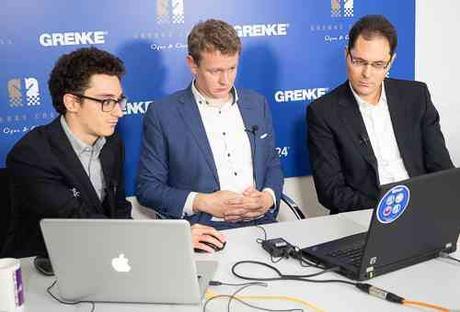 Le grand-maitre international d'échecs américain Fabiano Caruana analyse sa victoire du jour sur Arkadij Naiditsch avec les commentateurs Jan Gustafsson et Peter Leko - Photo © site officiel