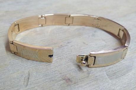 gros bracelet en or sur l'établis qui a vu sa création