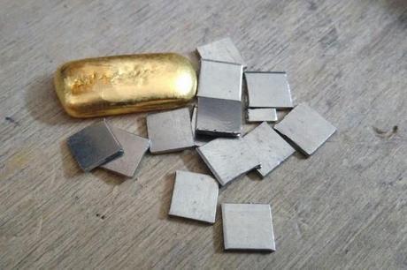 or fin avec paillon de métal blanchissant l'or