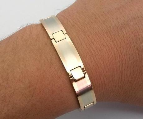 gros bracelet en or porté au poignet