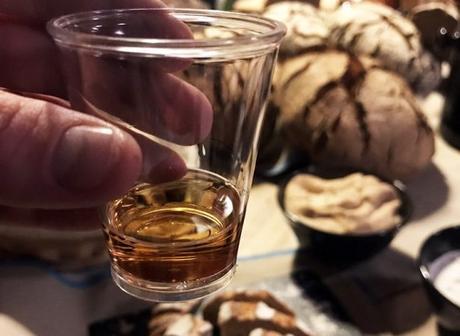 On déguste le Rye Whiskey avec des bonnes miches de pain de seigle