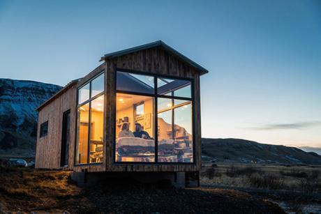 Une chambre totalement vitrée au milieu de la nature et des aurores boréales