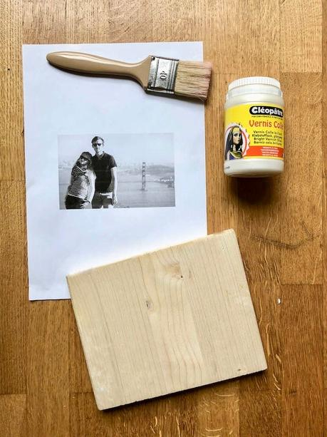 mettre en valeur ses photos etape collage decoupage bois