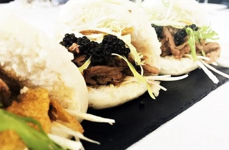 Bao au Porc Caviar et Chips de Maïs à découvrir au Restaurant Petrossian