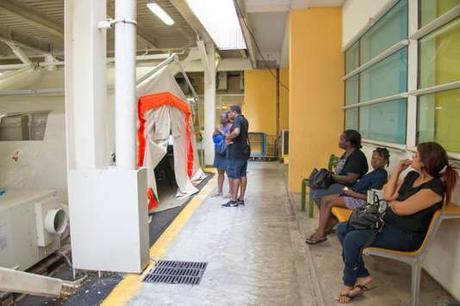Des tentes ont été dressées à l'entrée des urgences pour garder les patients en observation jusqu'à 48 heures.