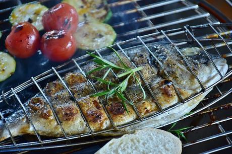 Faire macérer le poisson, les crustacés, les viandes (sauge, vin, huile)