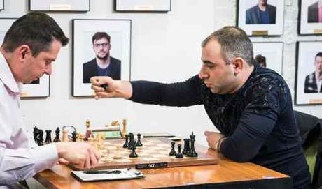Ronde 1 : victoire avec les Noirs du grand maître d'échecs Varuzhan Akobian face à Alexander Onischuk - Photo © site officiel