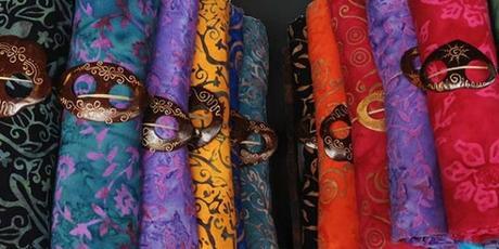 Paréos (sarong) sur un marché à Bali (Indonésie)
