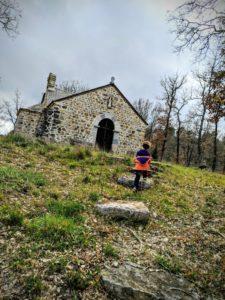 Charly explore la vieille chapelle - Une campagne en Provence