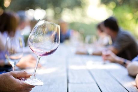 Accompagner son repas d'un verre de vin, une tradition française