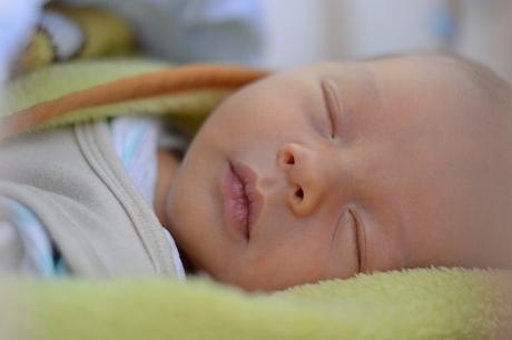 bébé pleure dans son sommeil