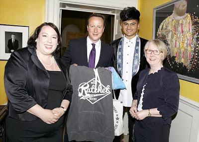 Rencontrez l'homme qui est devenu millionnaire à 16 ans en concevant des vêtements pour Rihanna dans le garage de ses parents