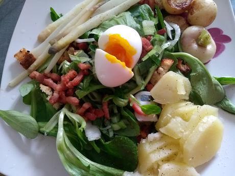 Salade tiède aux pommes de terres, asperges, oeuf mollet et lardons
