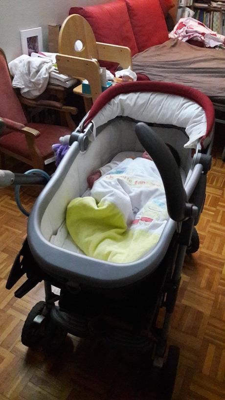 La poussette dans le salon, idéal pour gérer les premières semaines de bébé