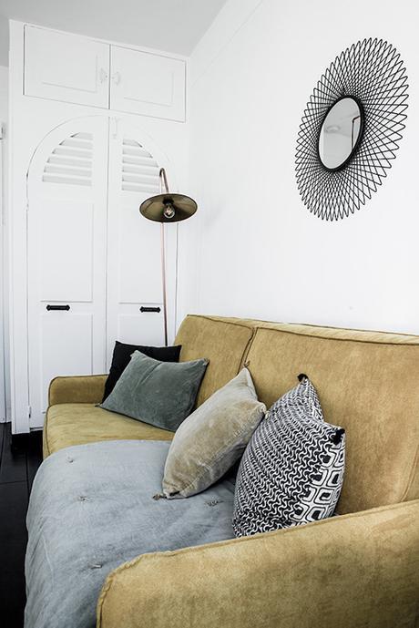 16m2 canape salon placard assise jaune velours coussins ethnique couleur passee placard etagere encastrable mur
