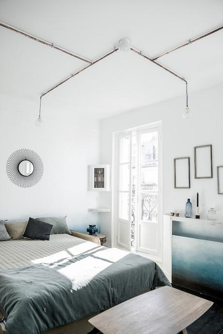 16m2 paris lit chambre rangement cadre vitrine miroir soleil peinture degrade bleu balcon paris canal saint martin