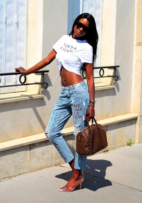 inspiration-look-tendance-jeans-mom-imprime-escarpins-transparents-