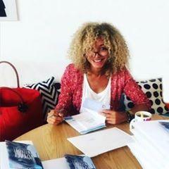 Photo de profil de Tara Jones, L'image contient peut-être: une personne ou plus et personnes assises