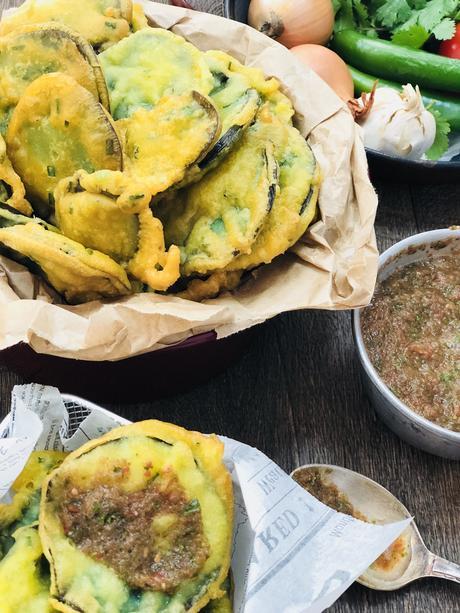 Gato Brinzel : les beignets d'aubergine mauriciens à la farine de pois chiche accompagnés d'un satini cotomili (chutney de coriandre) !
