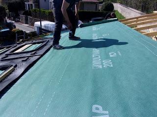 Les installateurs installent l'isolant sur ma nouvelle toiture