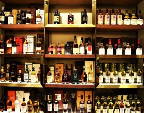 Un grand nombre de whiskies en tout genre sont présents au The Whisky Shop à Paris
