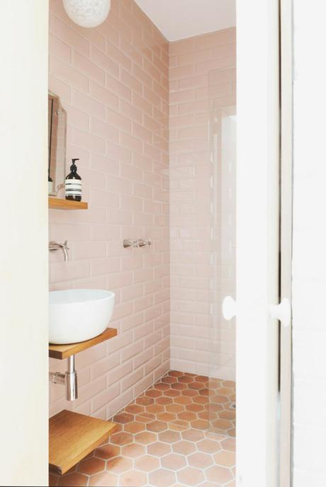 salle de bain crédence rose