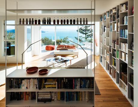 villa californienne salon biblitoehque separation espaces livre vue sur ocean parquet