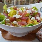 Salade, feta, jambon cru et melon - Des Grumeaux Dans Ma Cuisine