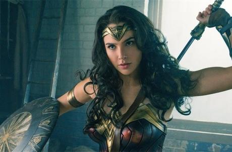 Gal Gadot en Wonder Woman rend visite aux enfants malades