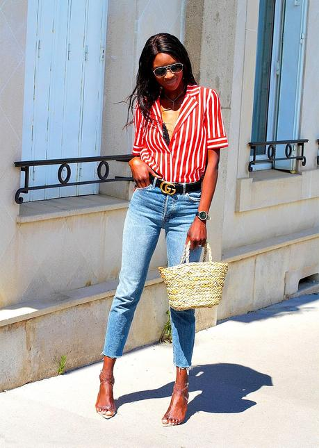idee-look-casual-chic-ceinture-gucci-gg-jeans-mom-panier-paille