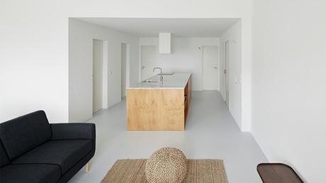 La cuisine, cœur de cette rénovation d'appartement monochrome