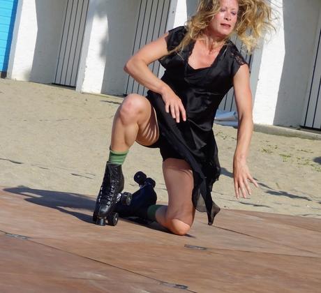 """Sandrine Ricard dans """" La dernière danse de Monique"""" lors de la Déambulation de l'Asso Chiche à la plage du Moulin à Etables-sur- Mer, le 7 juillet 2018"""