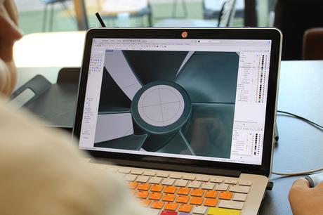 Afin de mesurer la disposition globale du design de ce nouveau ventilateur, l'équipe de designers a tout d'abord étudié les plans en 2D. Le but était d'analyser la proportion, les boutons, la taille du produit, sous différents angles. En sont ressortis une image et un design général à détailler ensuite lors de la modélisation 3D.