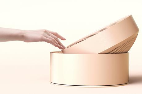 Le projet Slide a tout d'abord été basé sur le blanc. Ensuite, trois tons pastels ont été choisis. Le bouton de contact sur l'avant applique le matériel du PC transparent. La finition globale, en appliquant une corrosion fine, a ajouté une légère sensation de douceur.Lorsque le ventilateur n'est pas utilisé, le câble principal peut être stocké au socle, et la fiche d'alimentation, quant à elle, insérer dans l'unité principale.Les boutons tactiles à l'avant s'affichent sous forme d'icônes. Ils sont intuitifs.Le bouton de la vitesse de l'air ainsi que le bouton de la minuterie, tout deux ajustables, peuvent être activés un à un. et le siècle de la vitesse du vent et le temps de la minuterie peuvent être ajustés
