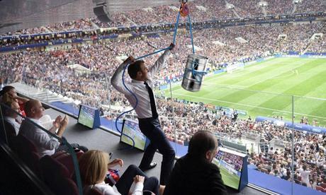 La photo virale d'Emmanuel Macron au Mondial largement détournée